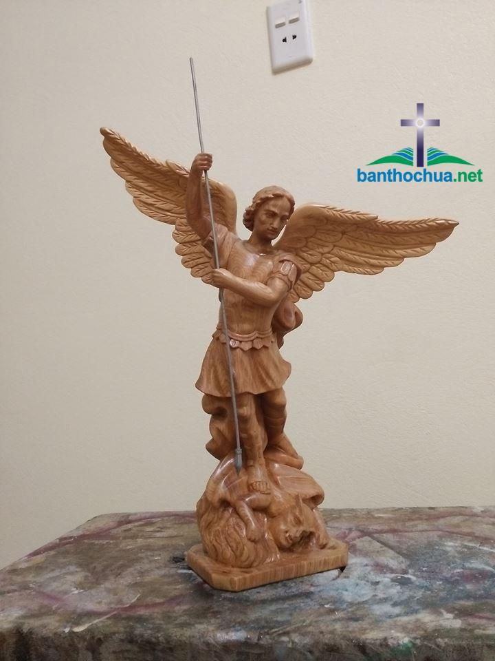 tượng thiên thần michael bằng gỗ
