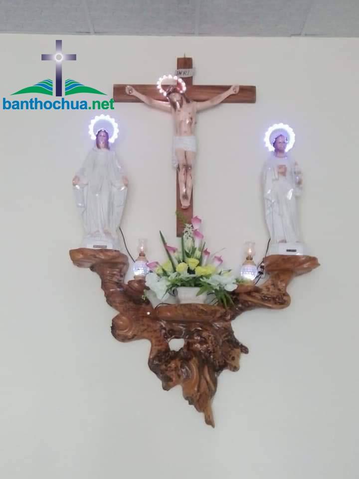 bàn thờ chúa bằng gốc cây tự nhiên