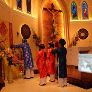 Thờ Chúa, Thờ Công Giáo – Đạo Công Giáo tôn thờ Thiên Chúa và kính nhớ Tổ Tiên