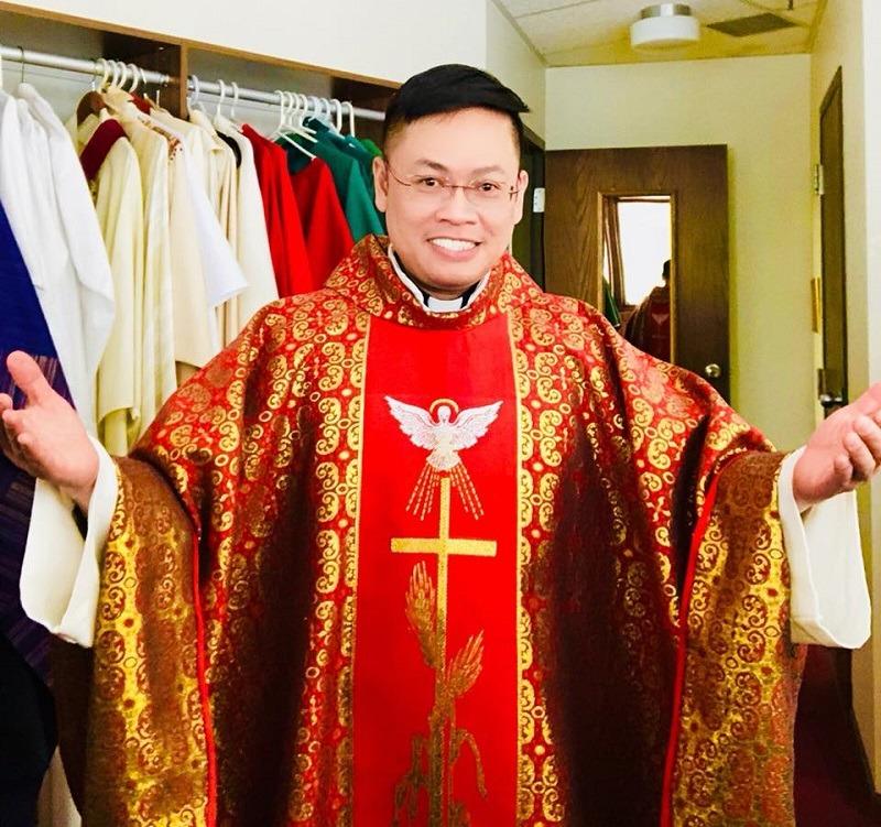 Cậu Bé Bán Bánh Trước Cửa Nhà Thờ Năm Nào Ở Việt Nam Giờ Trở Thành Linh Mục Cho Giáo Xứ Mỹ