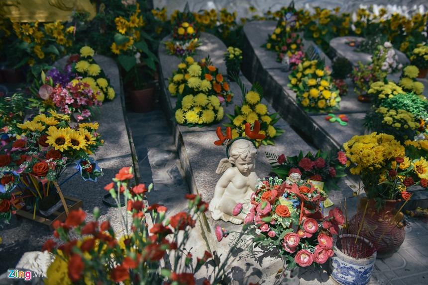 Cha xứ 8 năm chôn. cất 30.000 hài nhi. xấu số