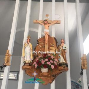 Mẫu bàn thờ Chúa đẹp gắn nhà khách