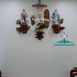 Mẫu bàn thờ Chúa đơn giản gắn nhà khách